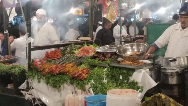 Garküche im Marrakesch mit Fleischspießen