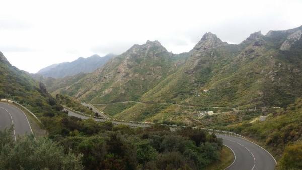 Straße durch das Anaga-Gebirge auf Teneriffa