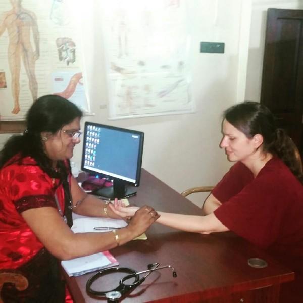 Meine Ärztin Dr. Sreelatha führt die Pulsdiagnose bei mir durch.