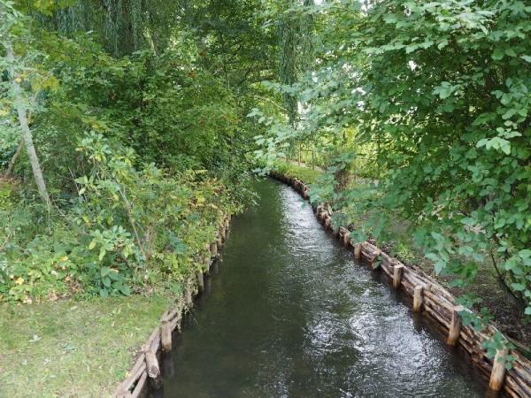 Claude Monets Garten mit einem kleinen Bach.