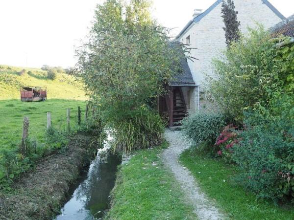 An dem Landhaus grenzt sogar ein kleiner Bach.