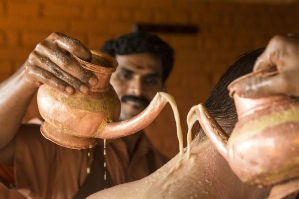 © Somatheerem Ayurvedic Health Resort: Herbal Dhara, der Kräuterguss, ausgeübt mit warmen Öl oder Buttermilch
