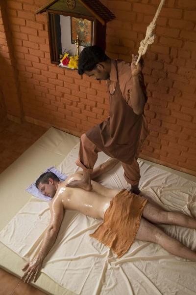 © Somatheeram Ayurvedic Health Resort: Diese Massage wird mit den Füßen ausgeübt.