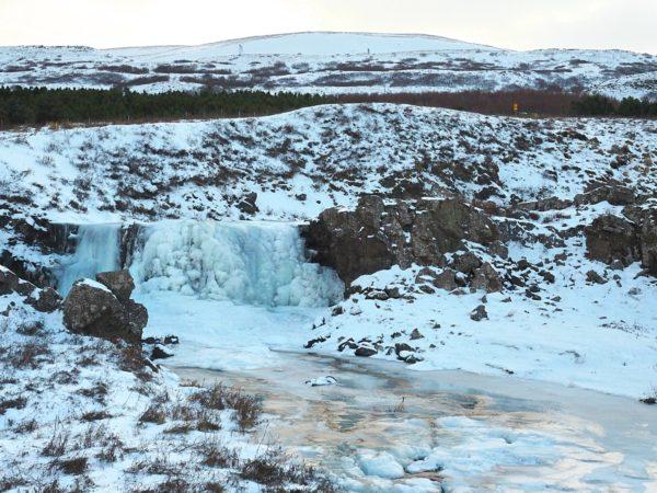 Island Roadtrip im Winter Snæfellsnes gefrorener Wasserfall
