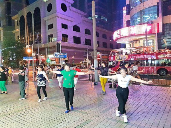 China-Shanghai-Nanjing-Lu-Einkaufsstrasse-03