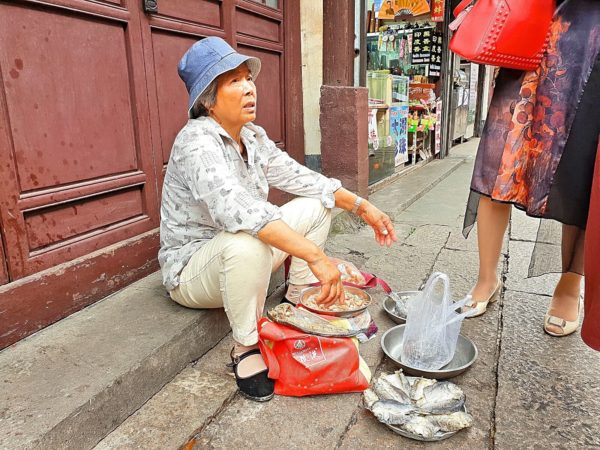 China-Shanghai-Wasserdorf-Zhujiajiao-Strassenverkauf-Fisch