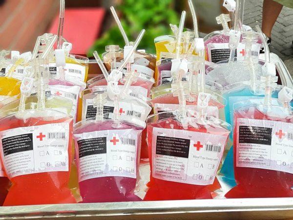 China-Shanghai-Kuenstlerviertel-Tianzifang-Getraenke-Blutkonserven