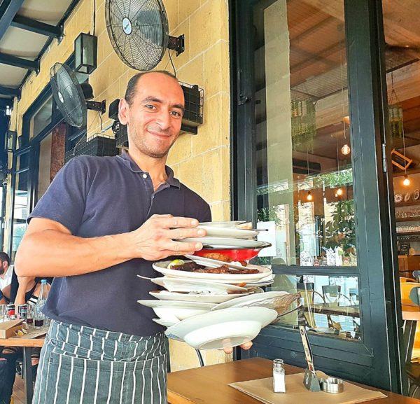 Zypriotischer Service Kellner Zypern Nikosia Restaurant Valtou Rigani